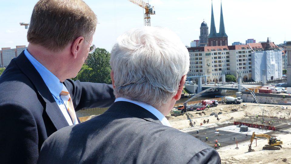 Franco Stella a Manfred Rettig z nadace berlínského zámku sledují první stavební práce