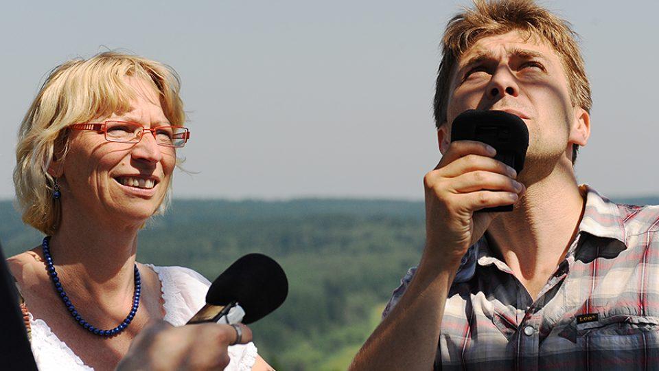 Josef Pejchal natáčí na Zuberském kopci s matrikářkou Trhovou Kamenice paní Šťastnou