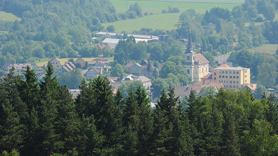 Výhled z rozhledny na Zuberském kopci na Trhovou Kamenici