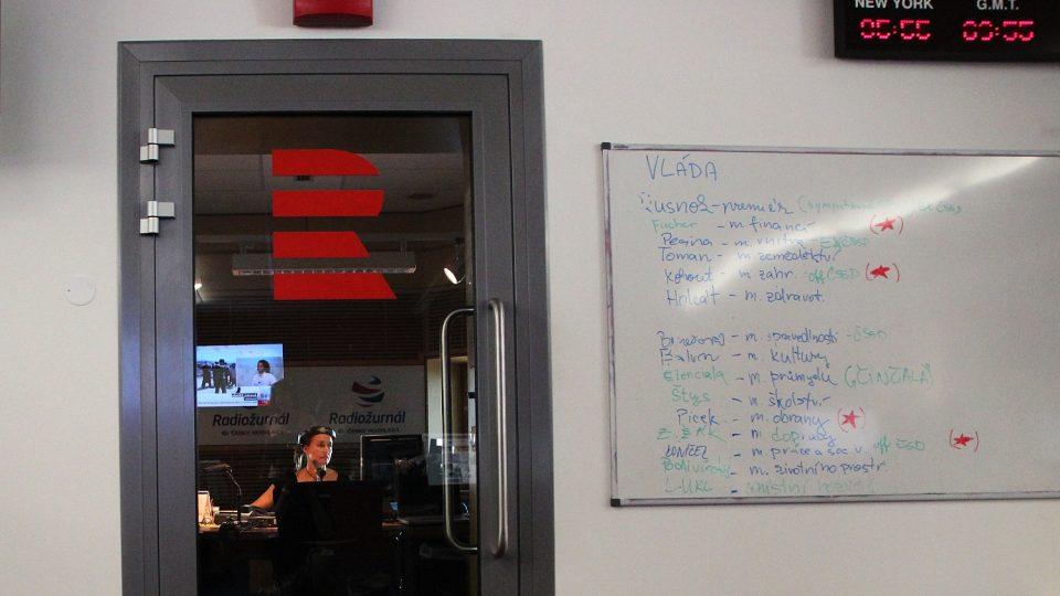 Ve studiu byste mohli zahlédnout Lucii Výbornou a hned vedle vchodu je tabule, kde se dozvíte, co pro vás právě připravujeme