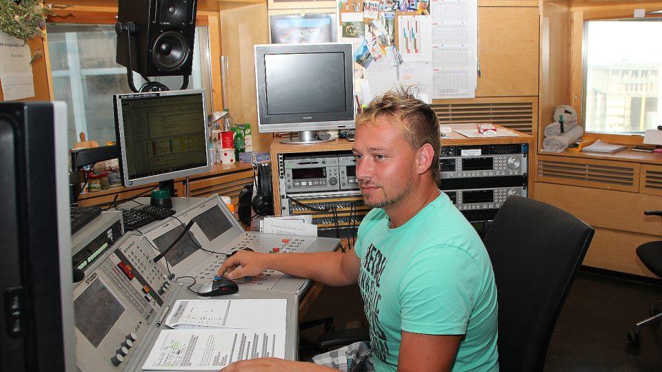 Studio, odkud s moderátory komunikuje režie a zvuk