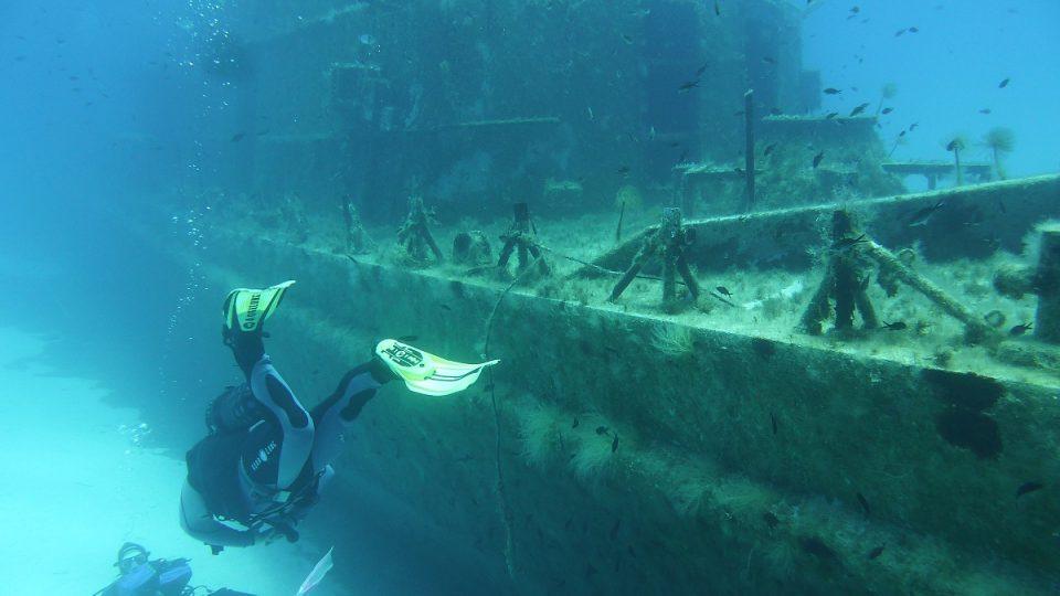 Potápěči zkoumají vrak lodi