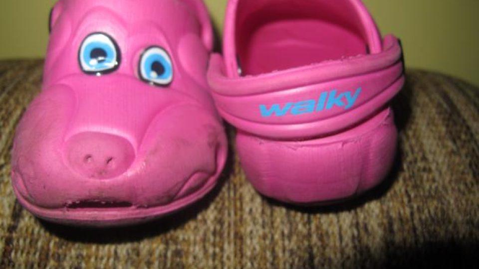 Holčička má na nohou má růžové botičky s motivem pejska