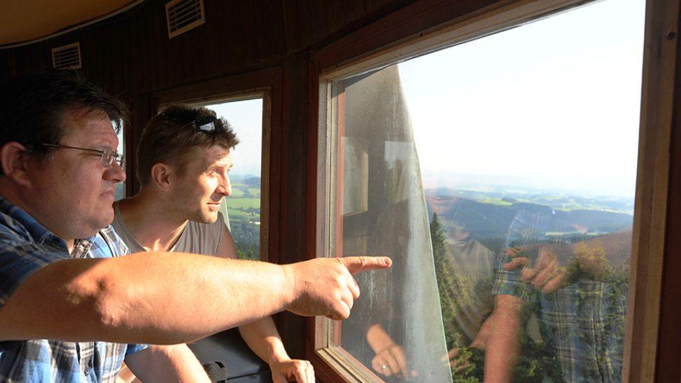 Josef Pejchal a provozovatel Kramářovy chaty Stanislav Havel zhlížejí z rozhledny na Suchém vrchu