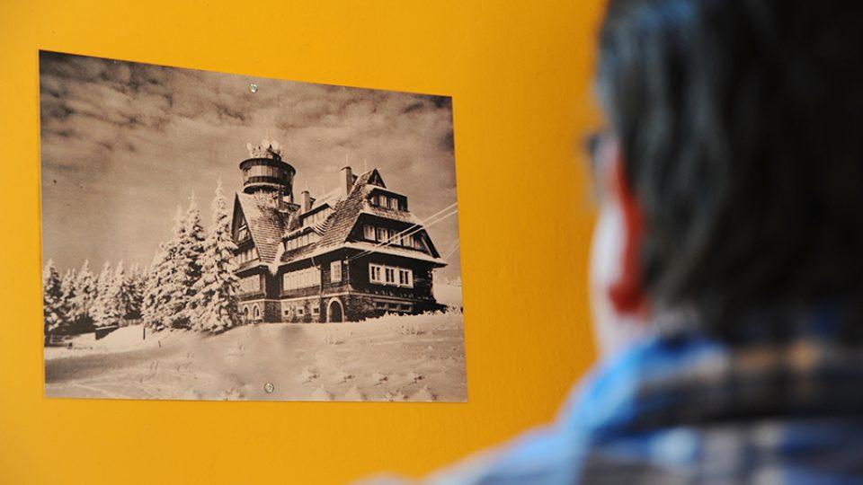 Na schodišti na rozhlednu Suchý vrch si mohou návštěvníci prohlédnout, jak rozhledna a chata vypadaly dříve