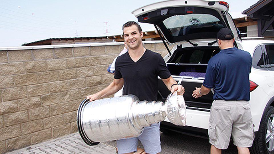 Michael Frolík krátce po převzetí Stanley Cupu