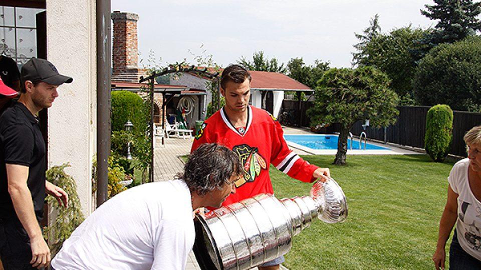 Michael Frolík se Stanley Cupem na zahradě