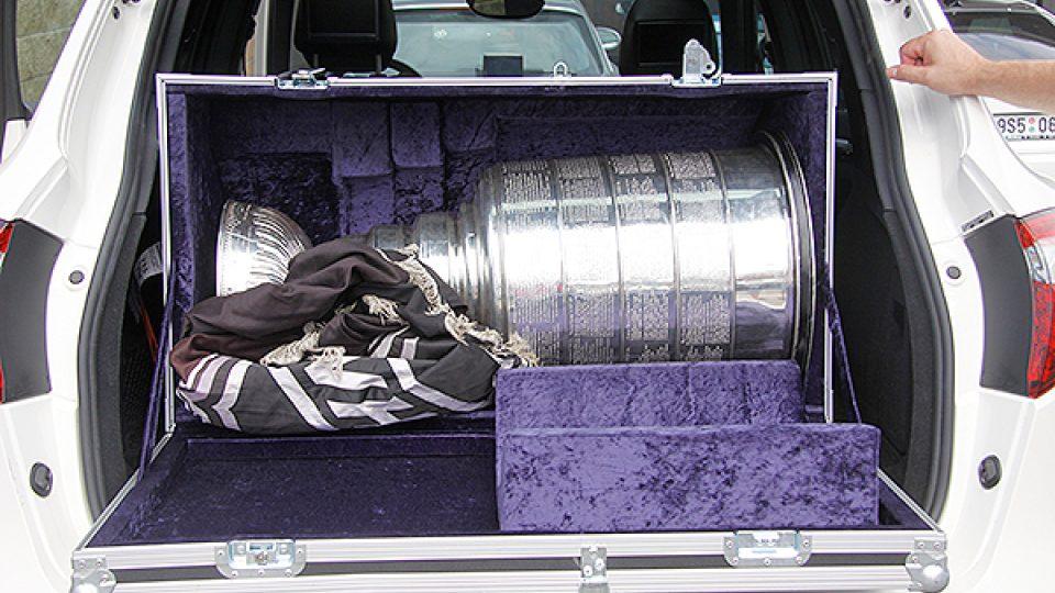 Stanley Cup uskladněný v autě