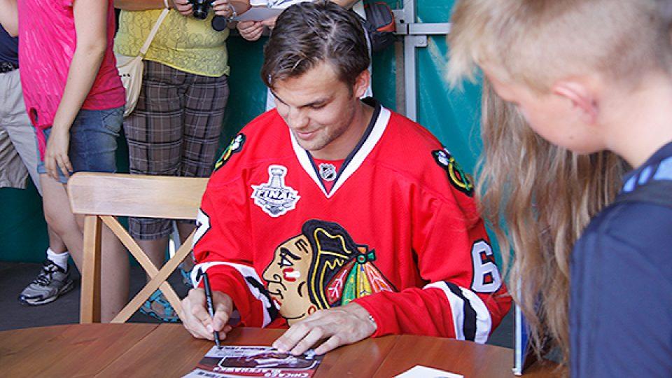 Michael Frolík se podepisuje fanouškům