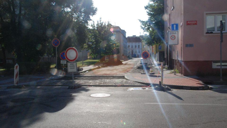 Vjezd do Nerudovy ulice je teď jednosměrný. Parkování je možné po pravé straně