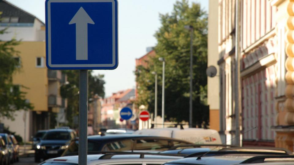 Jednosměrný systém svedl dopravu z celého bloku do Puklicovy ulice