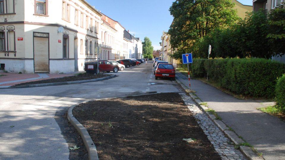 Ostrůvky zeleně příbyly i v Klaricově ulici. Na levé straně se vodorovné stání změnilo na šikmé