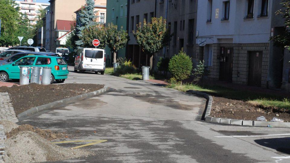 Dva oblouky, na kterých zasadí magistrát i stromy, převádí dopravu v Puklicově ulici z levé strany na pravou