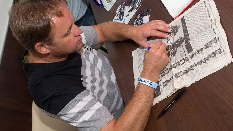Pavel Patera se podepisuje fanouškům výstavy
