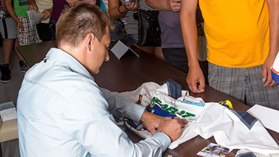 Libor Procházka se podepisuje fanouškům výstavy