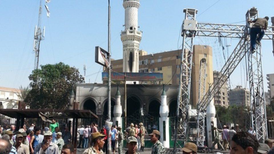Mešita Rabaa al-Adavíja. Vojáci demontují tribunu stoupenců sesazeného prezidenta Muhammada Mursího