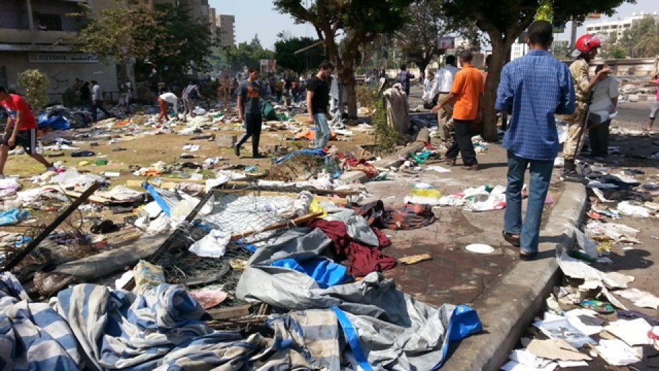 Po demonstrantech zůstaly plachty od stanů, deky, oblečení