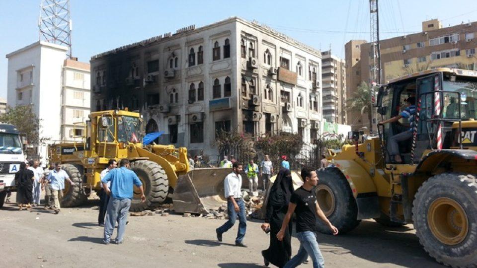 Vypálená provizorní nemocnice vedle mešity Rabaa al-Adavíja