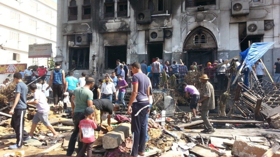 Zvědavci před vypálenou provizorní nemocnicí