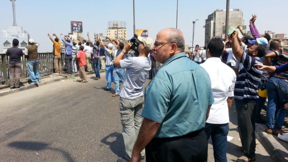 Demonstranti hrozí na vojenský vrtulník