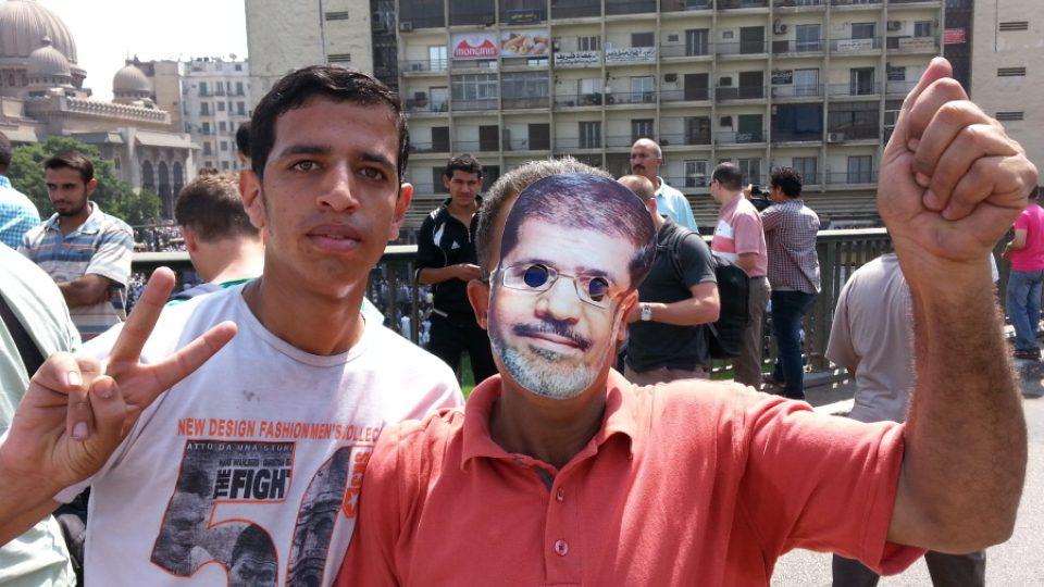 Demonstranti v ulicích Káhiry
