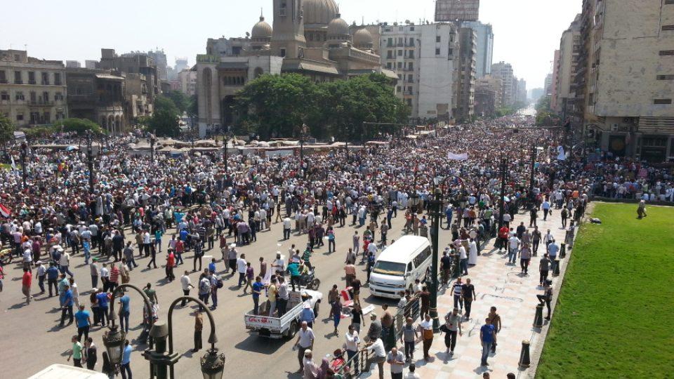 V ulicích Káhiry se scházejí příznivci Muslimského bratrstva