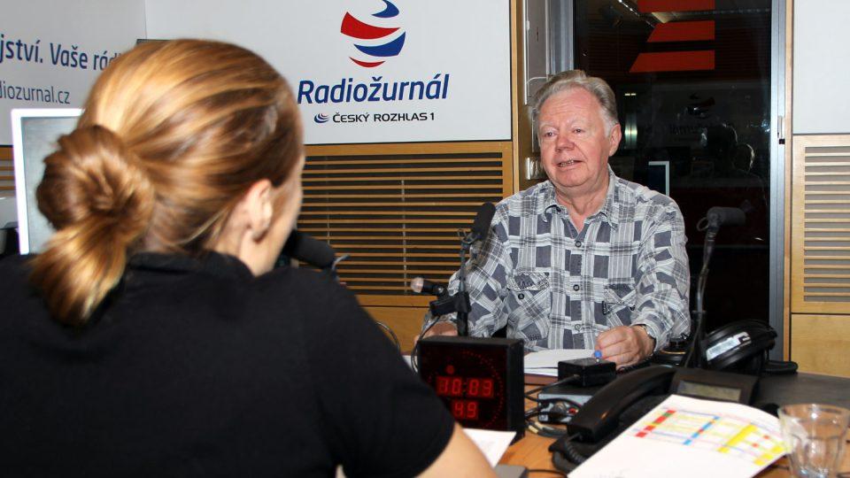 Mykolog Jiří Baier s moderátorkou Lucií Výbornou ve studiu Radiožurnálu