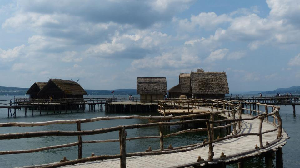 Jednotlivá stavení rozlehlé vesnice nad vodou jezera spojovaly dřevěné chodníčky