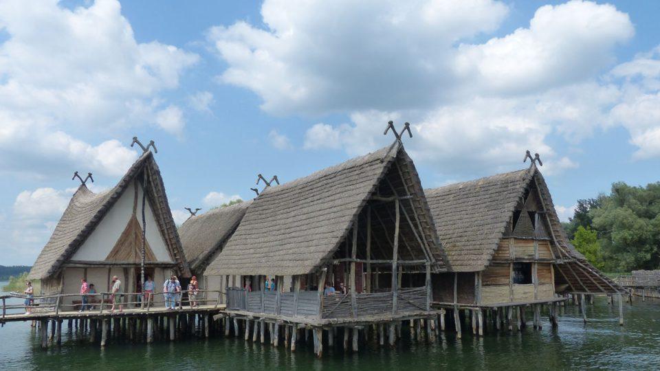 Rekonstrukce obydlí z doby kamenné a bronzové