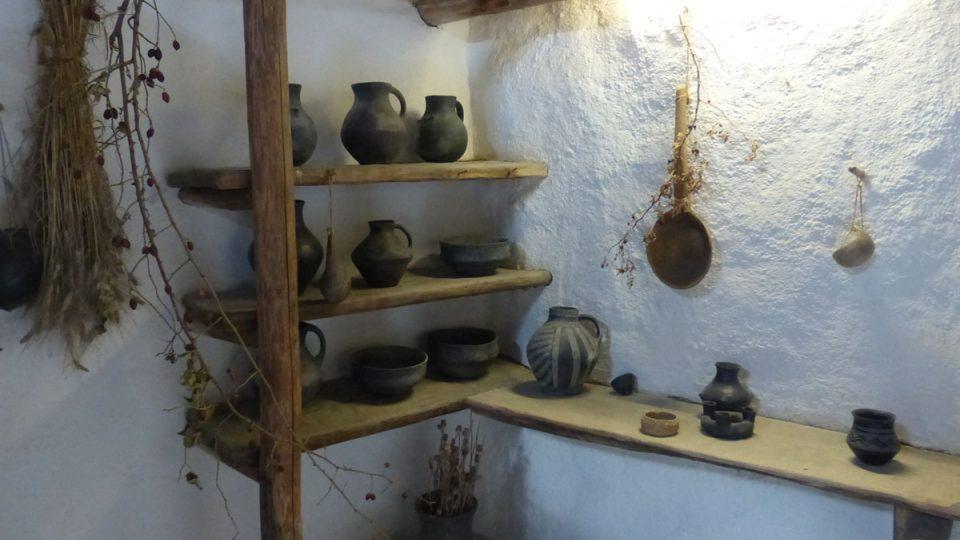 Vysokou úroveň měla i další řemesla, jak potvrzují vystavené nádoby a nástroje