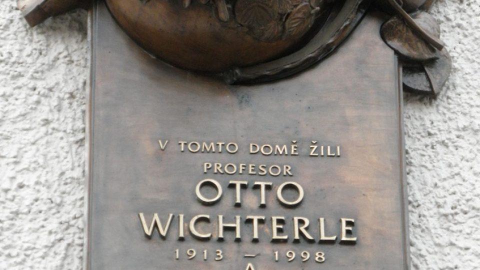Pamětní deska Otto Wichterle a Anny Wichterlové ve Svatplukově ulici v Prostějově