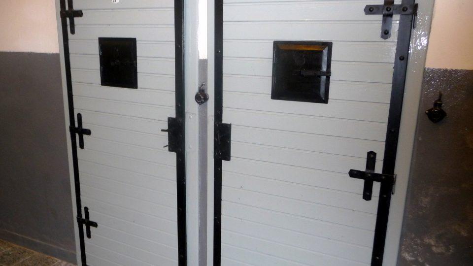Součástí expozice jsou i vyšetřovací místnosti nebo cely
