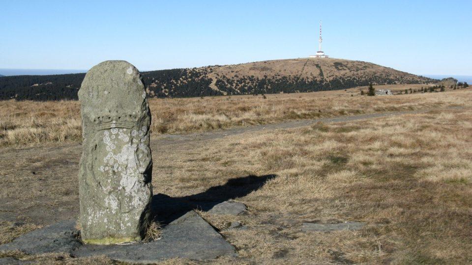 Trojmezník ze 17. století na vrcholu