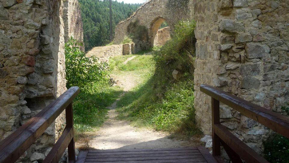 Z ruiny hradu se díky lidem se zájmem o historii stává místo hodné návštěvy