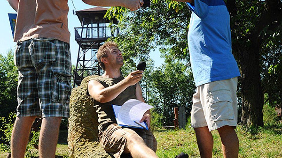 To je pohodička....Josef Pejchal si hoví na soše poutníka v areálu Barborky
