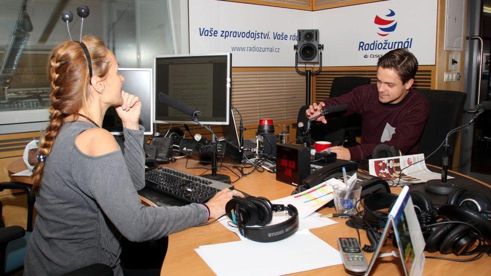 Moderátorka Lucie Výborná si během vysílání Dopoledního Radiožurnálu nasadila tykadla, která bude prodávat, aby podpořila projekt Světluška