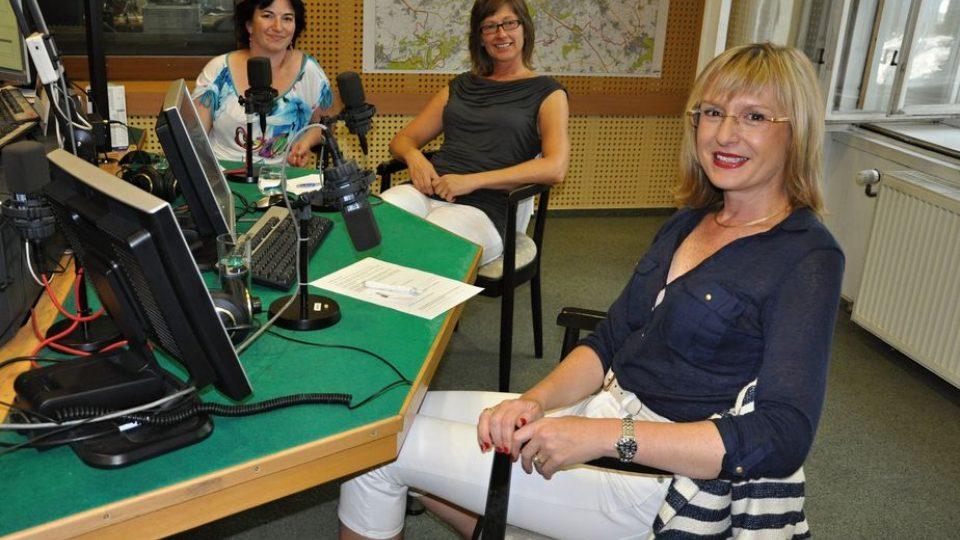 Štěpánka Duchková ve studiu Reginy s manažerkou projektu Baby office Pavlínou Bandrowskou a koučkou Jarkou Švarcbachovou