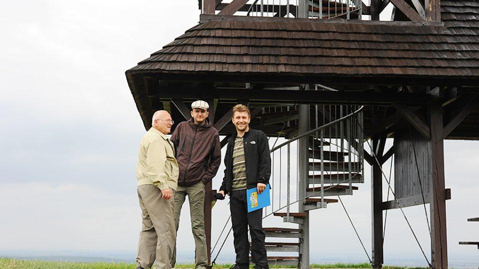 Kompletní tým: režisér Tomáš Klement, průvodce Josef Pejchal a kronikář Českých Lhotic Vilém Svoboda