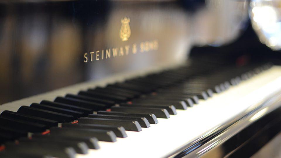 Klavír proslulé značky Steinway