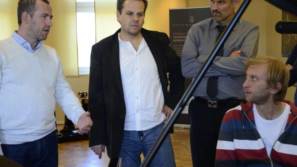 Jan Machart (vlevo) - poradce, klavírní technik a ladič - v diskuzi nad nástrojem