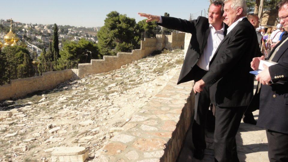 Miloš Zeman na prohlídce východního Jeruzaléma - velvyslanec Tomáš Pojar ukazuje Staré město z Olivetské hory