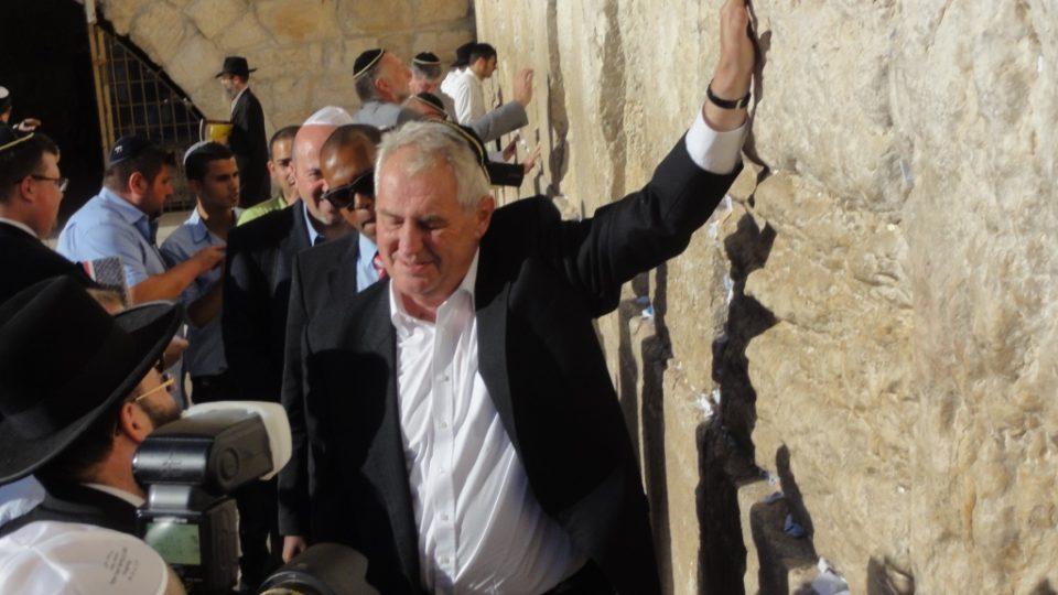 Miloš Zeman na prohlídce východního Jeruzaléma - u Zdi nářků