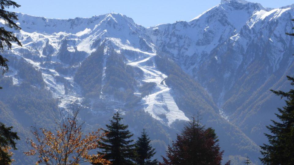Zasněžené vrcholky Kavkazu oznamují, že zima už dorazila