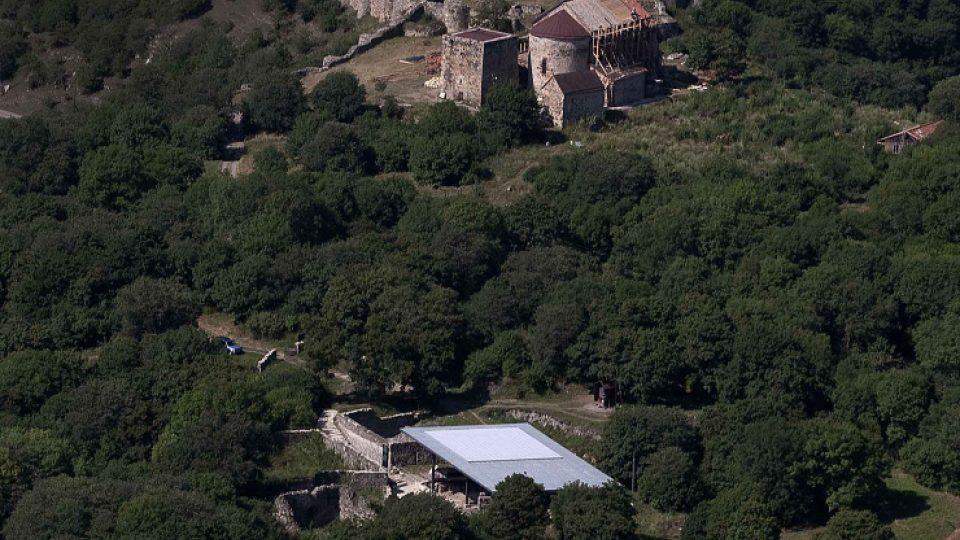 Letecký pohled na místo nálezu lebek pravěkých lidí v gruzínském Dmanisi (místo kryté světlou střechou).