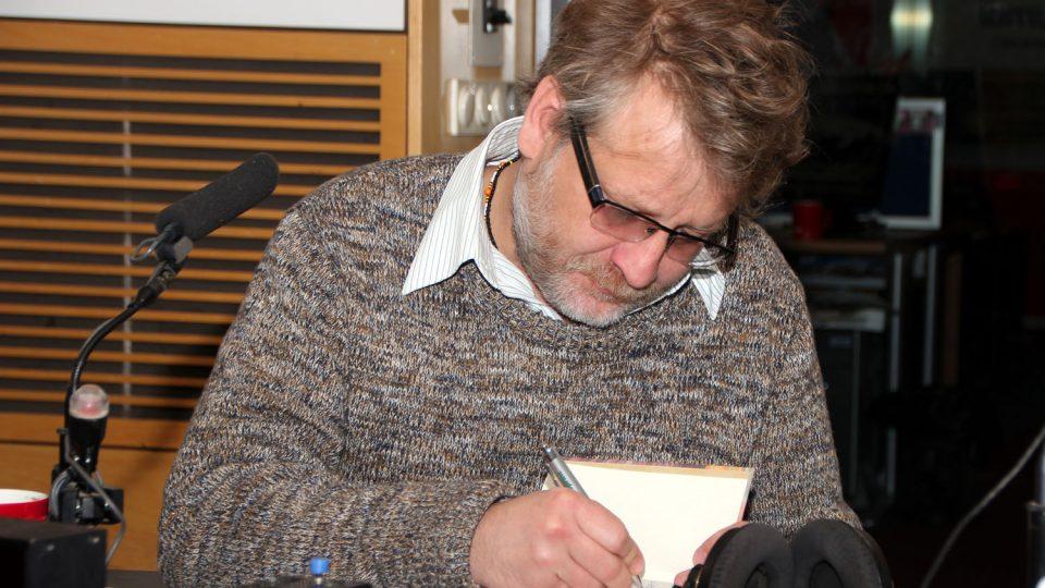 Josef Formánek podepisuje jednu ze svých knih