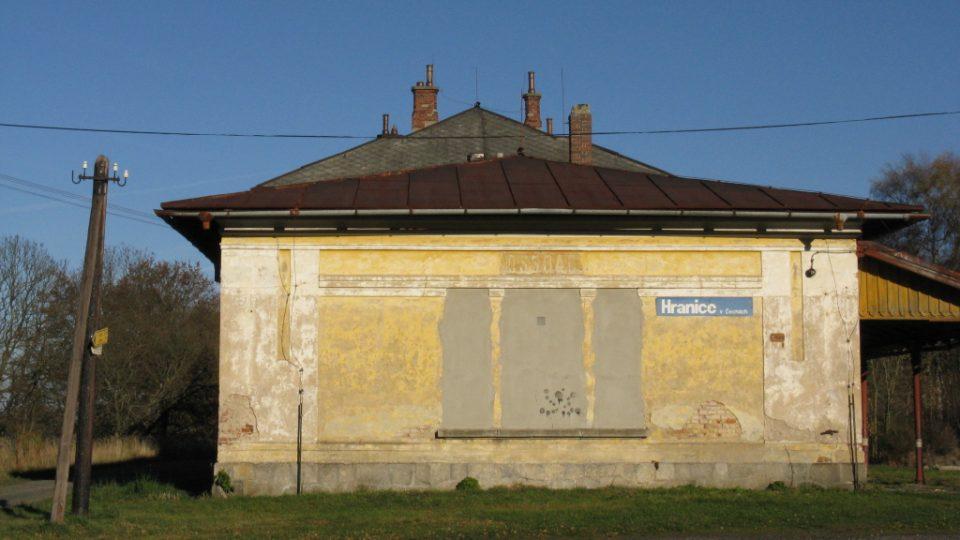Zchátralé nádraží v Hranicích u Aše