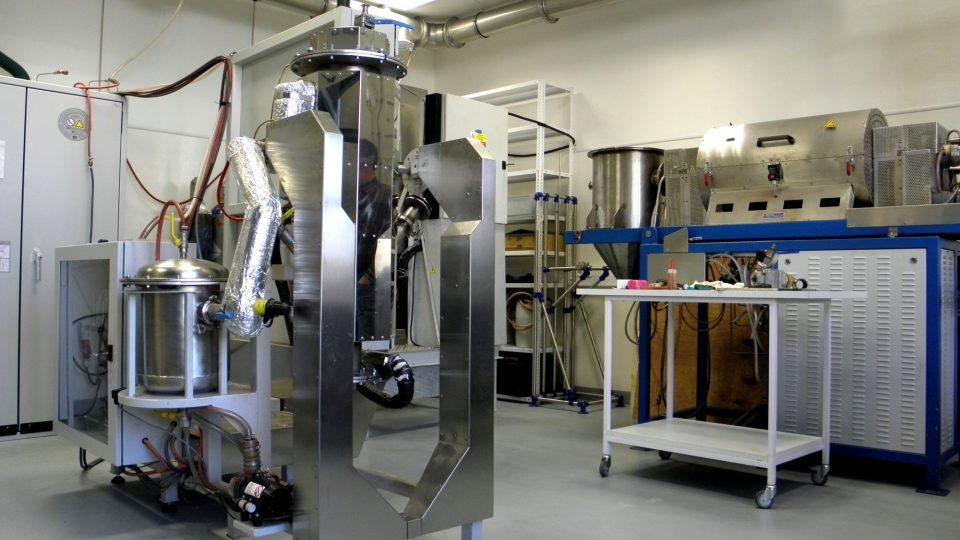 Poloprovozní laboratoř pevnolátkových syntéz