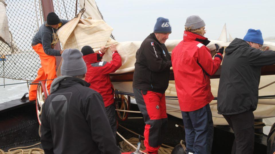 Námořníci na břehu připravují loď