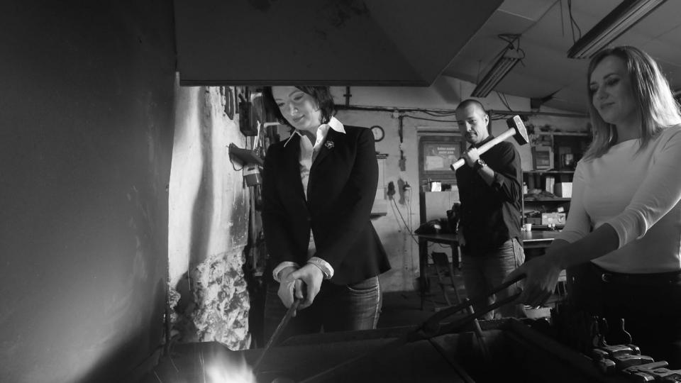 Moderátoři publicistiky Veronika Sedláčková, Martin Veselovský a Helena Šulcová na jedné z fotek kalendáře Radiožurnálu pro rok 2014