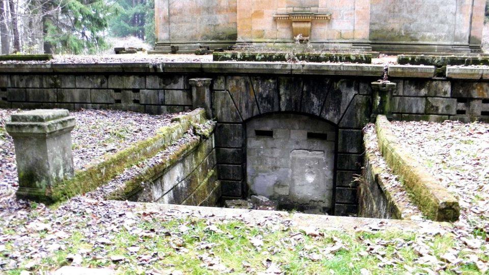 Mauzoleum v Sobotíně - schody k prostoru pro rakve